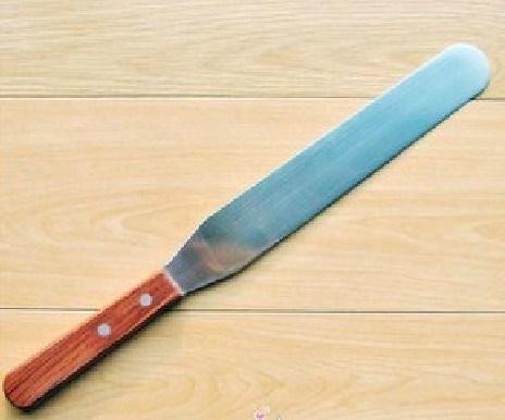 Металлический скребок-нож с деревянной ручкой для создания тортов и для иных кулинарных целей
