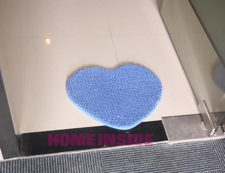 Коврик в ванную комнату в виде сердца