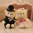 Пара плюшевых медведей в свадебных нарядах